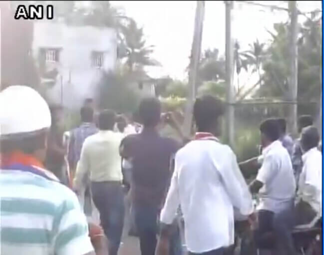 MNS Workers Thrashing Non Maharashtrians in Sangli, Raj Thackeray's party workers beat non maharashtrians in Sangli