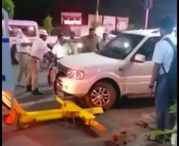 Vijayawada BJP MLA ruckus, Traffic cops against BJP Leader, Andhra BJP MLA messes with Traffic cops
